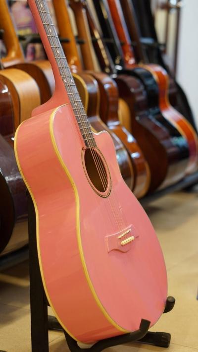 Đàn guitar acoustic màu hồng